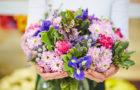 Кому какие цветы подарить